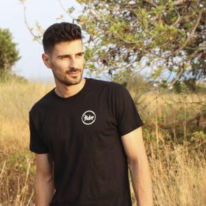 Camiseta negra logo pequeño